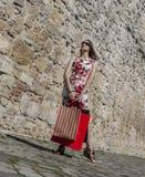 Donna con i sacchetti della spesa in una città fotografia stock