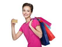 Donna con i sacchetti di acquisto e la carta di credito Immagine Stock Libera da Diritti