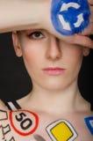 Donna con i segnali stradali sul suo corpo Fotografie Stock