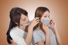 Donna con i suoi amici con la maschera fotografie stock libere da diritti