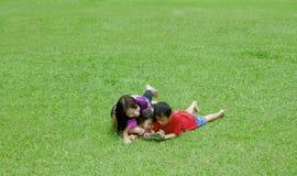 Donna con i suoi bambini Immagini Stock Libere da Diritti