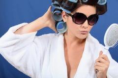 Donna con i suoi capelli in rulli Fotografie Stock Libere da Diritti