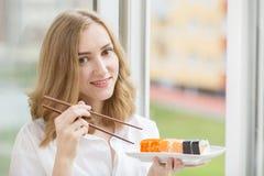 Donna con i sushi Immagine Stock