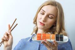 Donna con i sushi Fotografia Stock