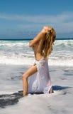 Donna con i vestiti bianchi che esaminano il cielo Fotografia Stock