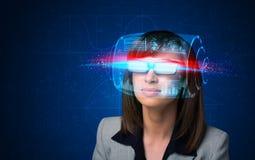 Donna con i vetri astuti alta tecnologia Immagini Stock Libere da Diritti