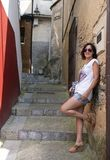 Donna con i vetri che si appoggiano la parete in una via asturiana tipica fotografia stock