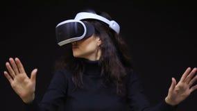 Donna con i vetri di VR di realtà virtuale Ragazza nel casco aumentato virtuale di realtà Cuffia avricolare di VR Concetto futuro stock footage
