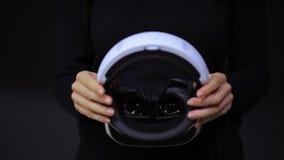 Donna con i vetri di VR di realtà virtuale Ragazza nel casco aumentato virtuale di realtà Cuffia avricolare di VR Concetto futuro video d archivio