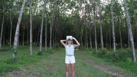 Donna con i vetri di VR nella foresta archivi video