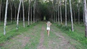 Donna con i vetri di VR nella foresta stock footage
