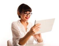 Donna con i vetri, esaminanti il calcolatore del ridurre in pani. Immagini Stock Libere da Diritti