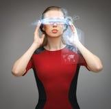 Donna con i vetri futuristici Fotografia Stock Libera da Diritti