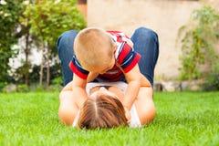 Donna con il bambino all'aperto Fotografie Stock Libere da Diritti
