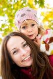 Donna con il bambino in autunno Fotografia Stock