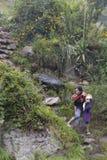 Donna con il bambino che cammina giù la montagna Immagine Stock Libera da Diritti