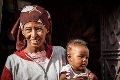 Donna con il bambino, Egitto Immagine Stock