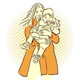 Donna con il bambino lungo dei carrys del cappotto Fotografia Stock