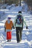 Donna con il bambino sul percorso di inverno Fotografia Stock