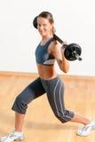 Donna con il barbell in ginnastica Fotografia Stock Libera da Diritti