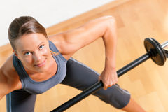 Donna con il barbell in ginnastica Fotografia Stock