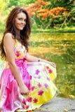 Donna con il bello vestito variopinto vicino al lago Immagine Stock Libera da Diritti