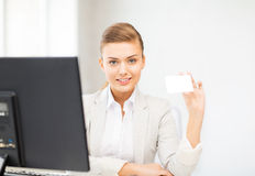 Donna con il biglietto da visita in bianco Fotografia Stock Libera da Diritti