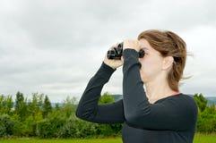 Donna con il binocolo Fotografia Stock Libera da Diritti