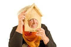 Donna con il birdhouse Fotografia Stock