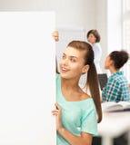 Donna con il bordo in bianco bianco alla scuola Immagine Stock