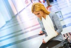 Donna con il braccio rotto Fotografie Stock