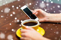 Donna con il caffè bevente dello smartphone al caffè Immagini Stock