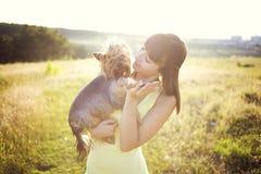 Donna con il cane Immagine Stock