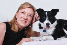 Donna con il cane, Collie di bordo Fotografie Stock Libere da Diritti