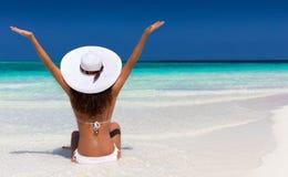 Donna con il cappello bianco su un banco di sabbia immagine stock libera da diritti