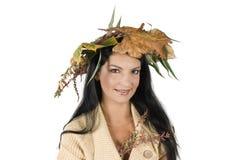 Donna con il cappello del foglio di autunno Immagini Stock