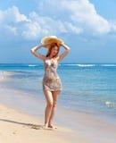Donna con il cappello di paglia in mani fotografia stock