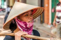 Donna con il cappello tradizionale Fotografia Stock
