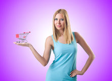 Donna con il carrello isolato su bianco Fotografia Stock Libera da Diritti