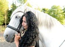 Donna con il cavallo bianco Fotografia Stock