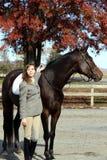 Donna con il cavallo di Brown nella caduta Immagine Stock
