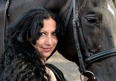 Donna con il cavallo marrone Fotografia Stock Libera da Diritti