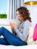 Donna con il cellulare Immagine Stock