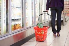 Donna con il cestino di acquisto Fotografia Stock