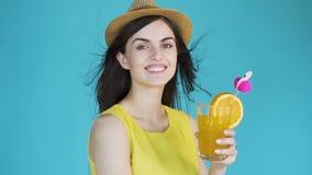 donna con il cocktail video d archivio