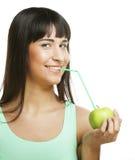 Donna con il cocktail delle paglie e della mela Fotografia Stock Libera da Diritti