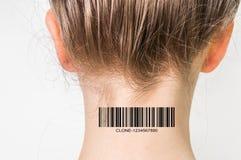 Donna con il codice a barre sul suo collo - concetto genetico del clone immagini stock