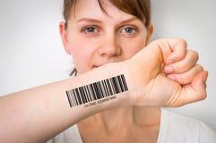 Donna con il codice a barre sul suo concetto genetico a mano del clone immagine stock