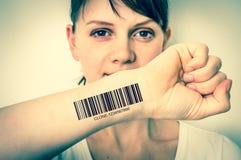 Donna con il codice a barre sul suo concetto genetico a mano del clone fotografie stock libere da diritti