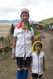 Donna con il collo lunga con il bambino, Asia immagini stock